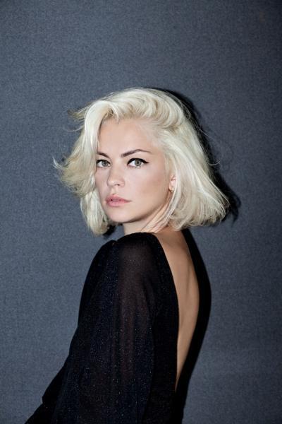 Dolores Fonzi - Carré mi long blond platine